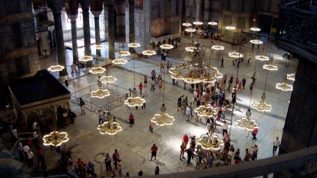 Lindas luzes dentro da Hagia Sofia