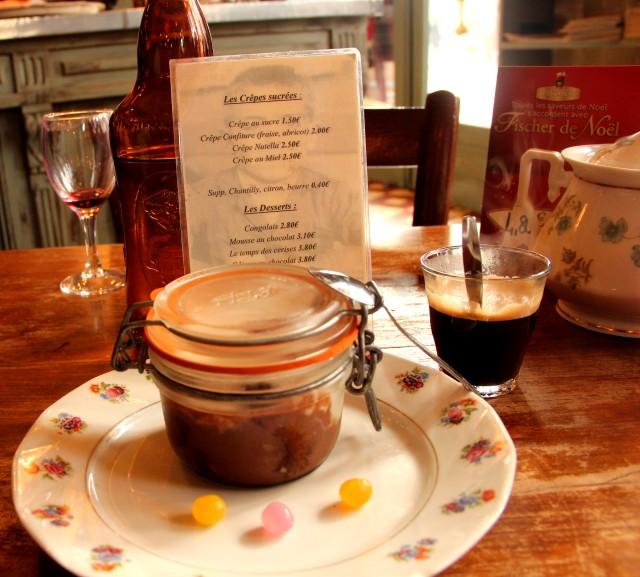 Le Temps des Cerises, um doce com chocolate, biscoito e cereja
