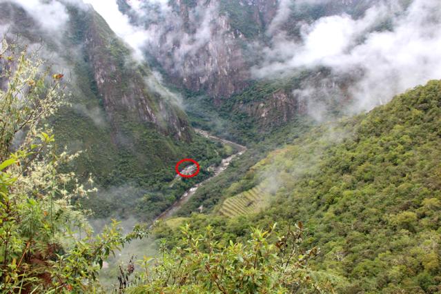 Porque o ônibus é bom: olhando Águas Calientes de Machu Picchu, a subida é longa!