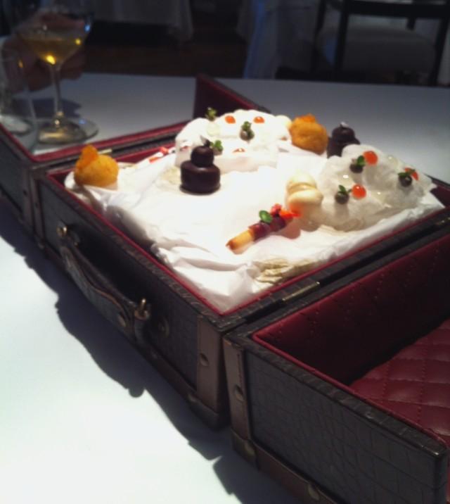 """Primeiro prato da """"A Despedida"""": uma mala com aperitivos"""