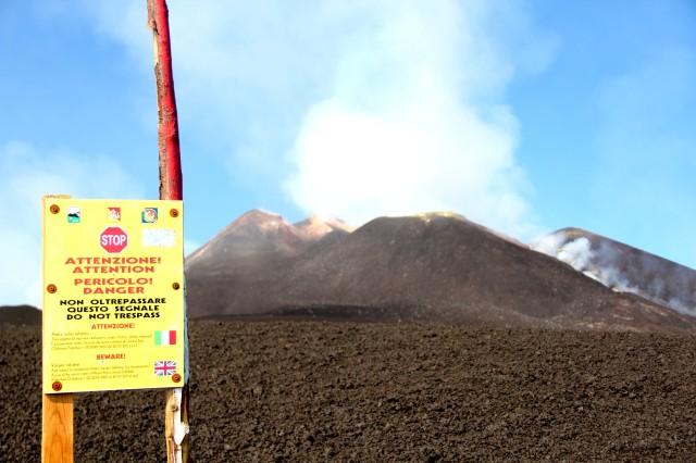 Aviso de perigo no vulcão Monte Etna