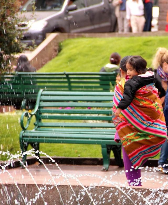 Mãe carregando filha nas costas