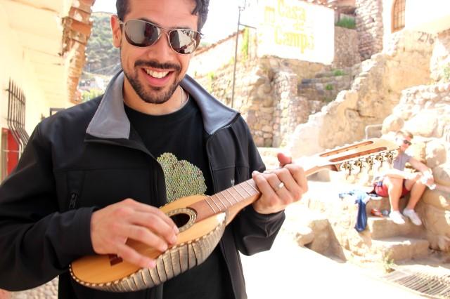 Guico conhecendo um instrumento tradicional no FWT