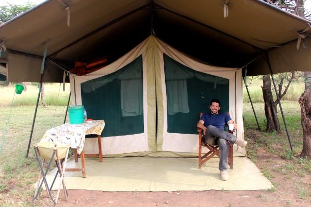 Guico em uma das tendas no meio da savana