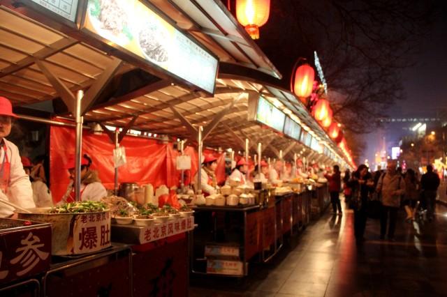 Rua Wangfujing, no centro de Pequim - blog Giros Por Aí
