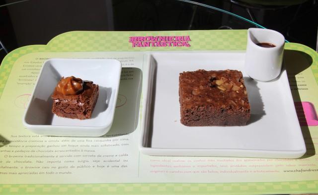 À esquerda, o mini brownie uruguaio. Do lado direito, brownie japonês com calda de chocolate