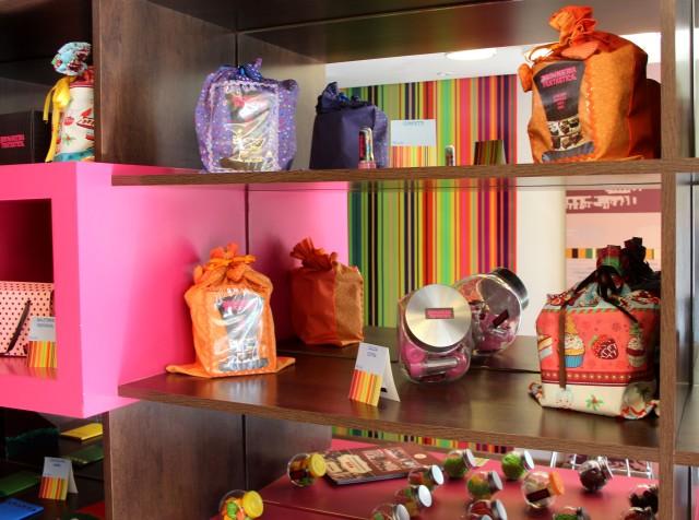 Decoração colorida e alegre das caixas para presente.