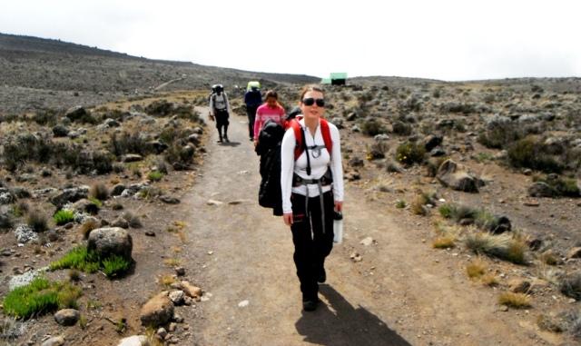 Carregando a mochila da Tone, nossa companheira de viagem, no Kilimanjaro