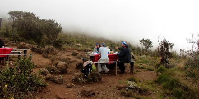 """Na Marangu há locais de descanso com mesas e """"banheiros"""" em alguns pontos"""