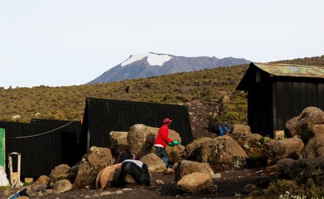 No acampamento Horombo (3.720 m) olhando o cume da neve eterna lá em cima.