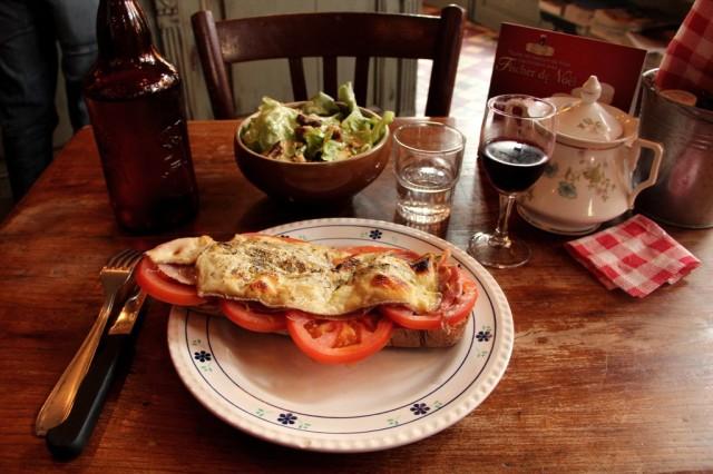 Sanduíche com salada no Bistrô Ginette & Marcel