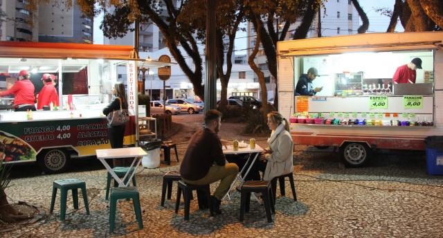 Casal curtindo a feira da Praça da Ucrânia em Curitiba