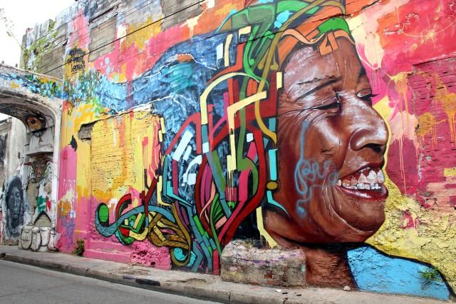 Kristy explica uma rua cheia de grafites legais que homenageiam personagens históricos esquecidos