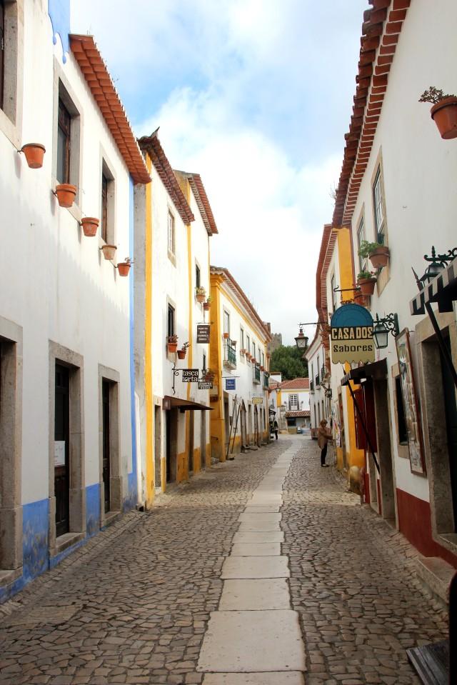 Casas amarelas e azuis em Óbidos