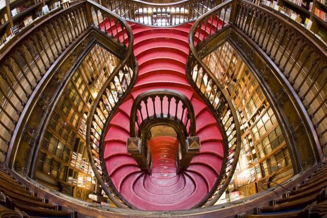 Interior Livraria Lello em Porto