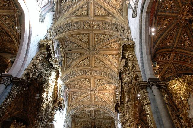 Contraste das paredes originais com o trabalho em madeira e ouro na Igreja S. francisco