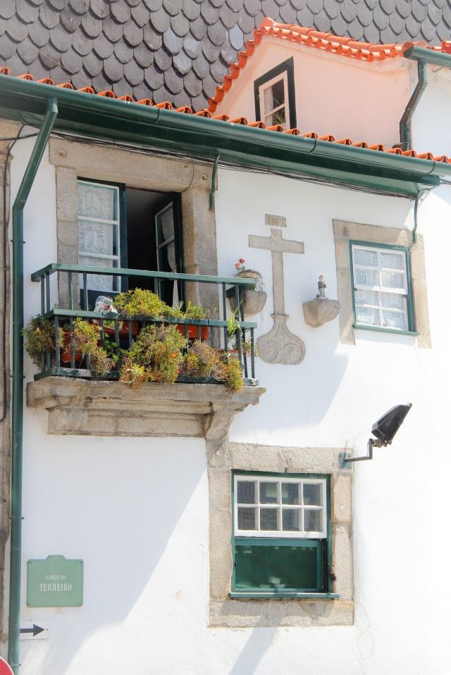 Marcos religiosos nas casas antigas em Porto.