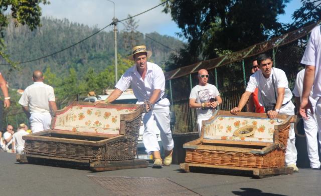 """Os """"gondoleiros"""" dos cestos de vime do monte"""
