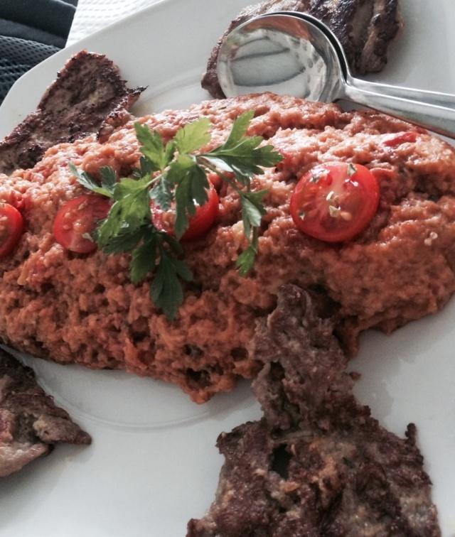 Porco preto com migas de tomate