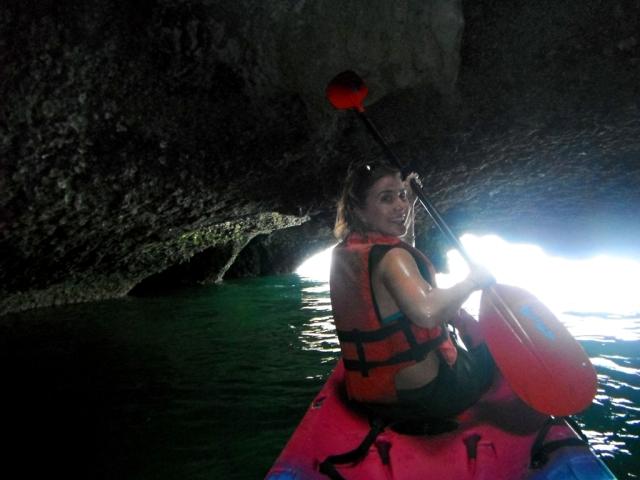 Eu passeando de caiaque pelas cavernas marítimas!