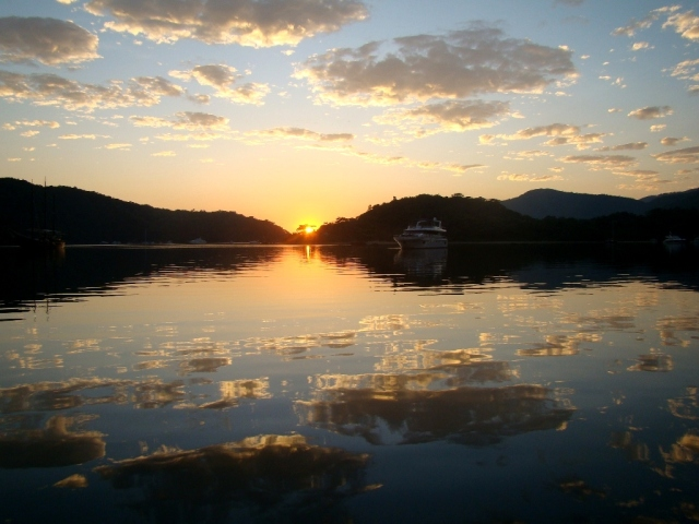 Nascer do sol no Saco do Céu. Bati essa foto em outra viagem de barco que fiz por lá.