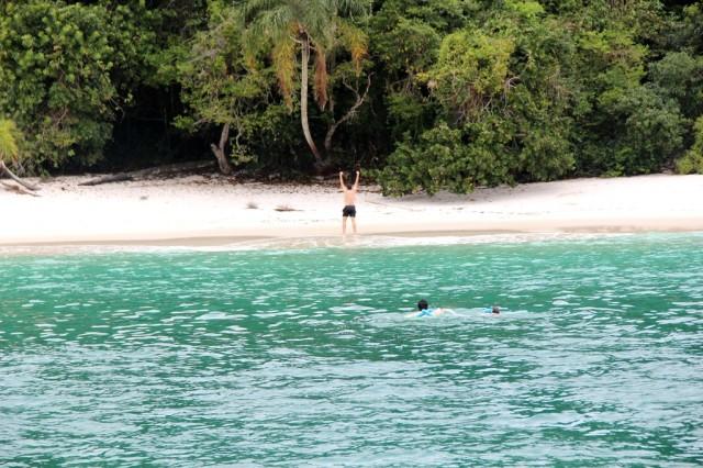 Galera chegando a nado na Praia do Dentista em Angra
