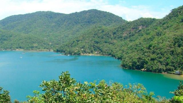 Baía do Saco do Céu, cercada de natureza! (foto: magnaaqua.com.br)