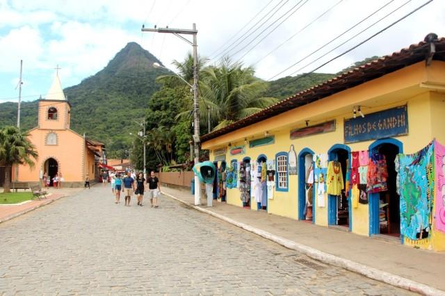 Vila do Abraão na Ilha Grande, a Igreja de São Sebastião e lojinhas