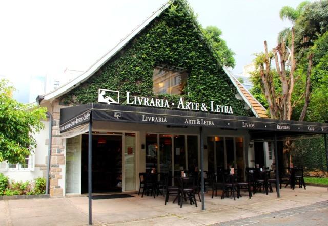 Linda fachada do Café e Livraria Arte & Letra em Curitiba