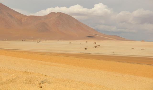 """O deserto Dali, com """"pedras derretidas""""."""