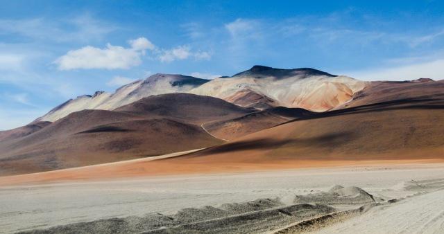 As lindas montanhas avermelhadas que cercam o Deserto Dalí