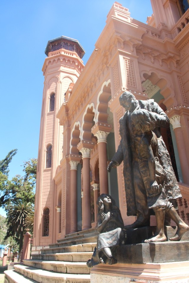Fachada do castelo: a estátua é de Francisco Argadoña ajudando as crianças