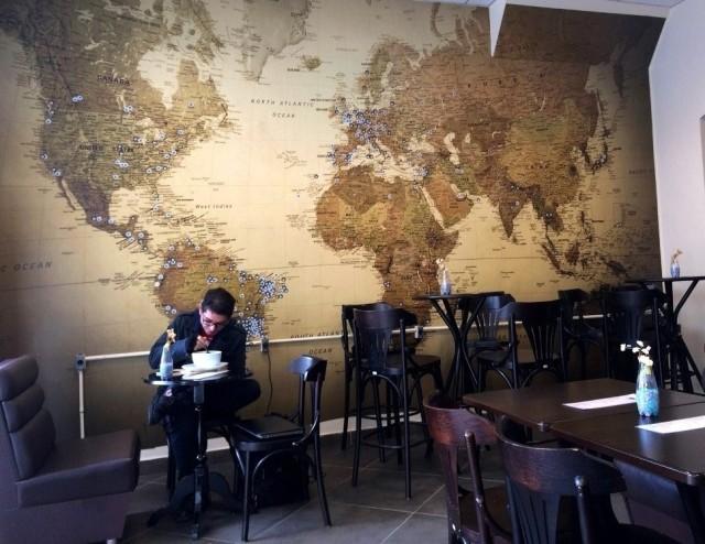 parede com o mapa mundi café catedral curitiba