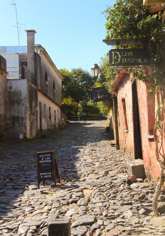 A famosa e minúscula Calle de Los Suspiros em Colonia