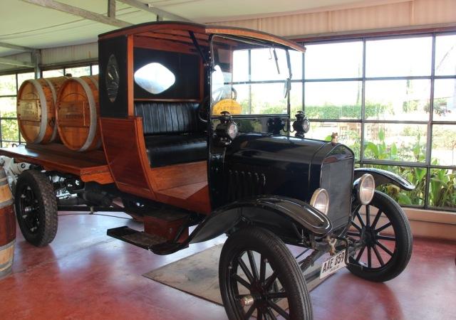O carro mais antigo da coleção na Bodega Bouza: de 1919.
