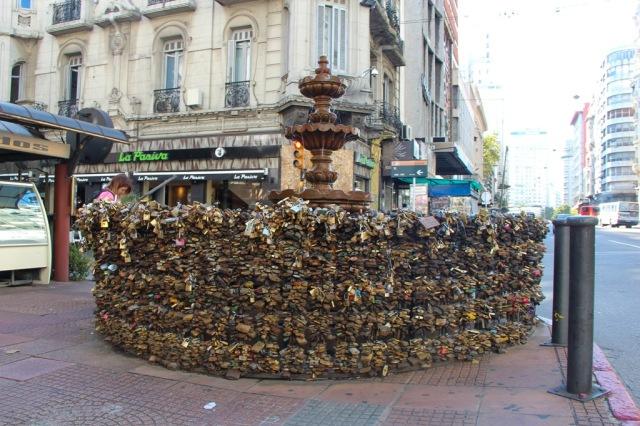 Fonte de cadeados famosa, no centro, a caminho da Ciudad Vieja.