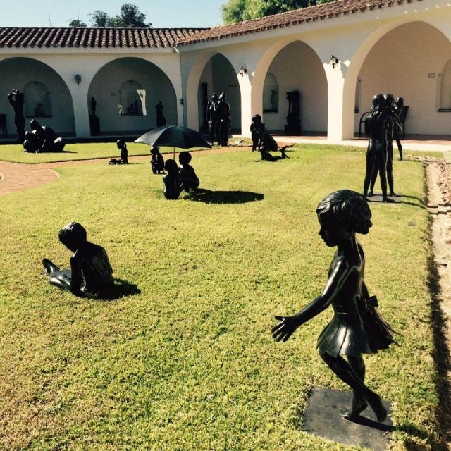 Jardim com esculturas de bronze do Museu Ralli em Punta