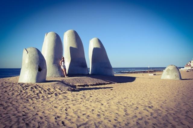 Tirando foto nos famosos Los Dedos da Praia Brava