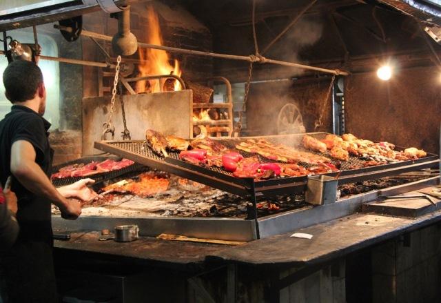 A parrillada sendo preparada no tradicional Mercado del Puerto