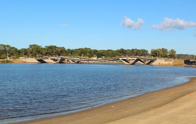 A famosa ponte ondulada, início de La Barra