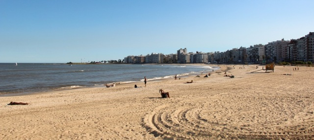 """Praia em Pocitos, considerada a """"Copacabana"""" dos uruguaios"""