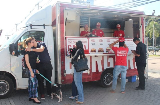 A foodtruck do Nebraska no estacionamento da Woods
