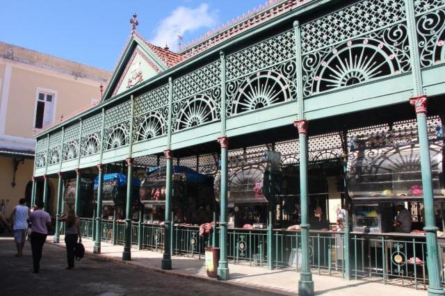 Esse lugar de frente ao Ver-o-Peso é um açougue tradicional, onde as carnes ficam penduradas em meio à essa arquitetura diferente.