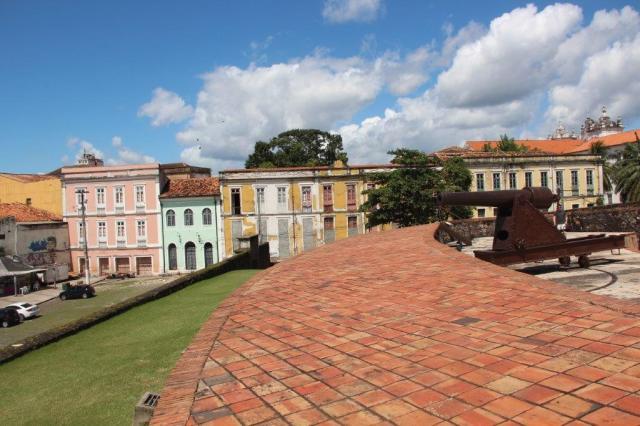 Casas coloniais ao redor do Forte do Castelo e canhão original