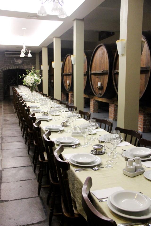 almoçando entre tonéis antigos de fermentação na Casa Valduga