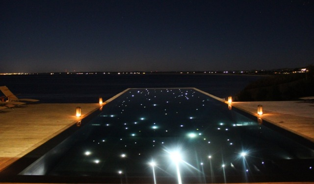 Piscina de borda infinita à noite