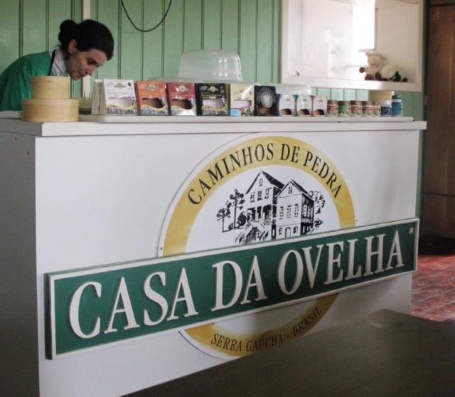 Degustando vários tipos de queijo da Casa da Ovelha