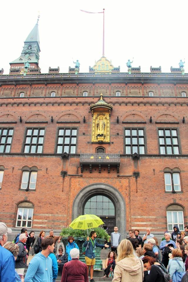 Conhecendo o City Hall da capital dinamarquesa no Free Walking Tour.