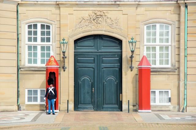O Palácio Real de Copenhague parece de brinquedo.