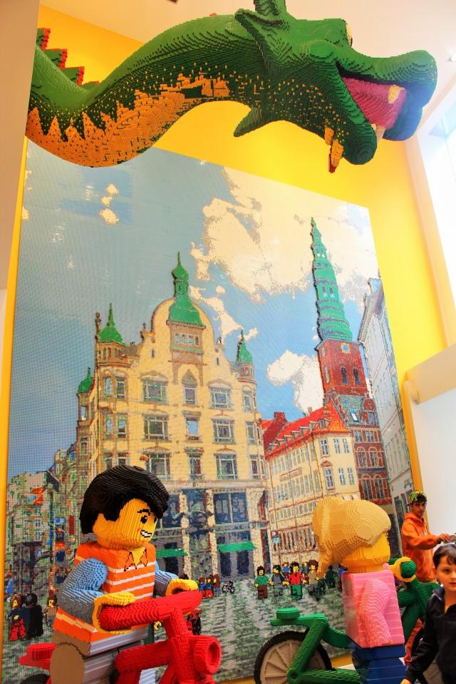 Esculturas e painéis de Lego da loja da marca em Copenhague